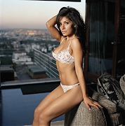 Сара Шахи (Sarah Shahi) в фотосессии Нино Муньоса (Nino Munoz) для журнала Maxim (июнь 2005)
