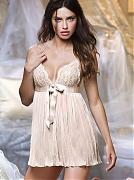 Нежная и горячая Адриана Лима (Adriana Lima) в фотосессии для Victoria`s Secret