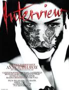Энн Хэтэуэй(Anne Hathaway) в фотосессии Мерта Аласа(Mert Alas) и Маркуса Пигготта(Marcus Piggott) для журнала Interview (сентябрь 2011).