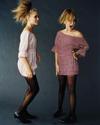 Мэри-Кейт Олсен(Mary-Kate Olsen) и Эшли Олсен(Ashley Olsen) в фотосессии Пегги Сирота(Peggy Sirota) для журнала Vanity Fair (2002).