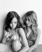 Мэри-Кейт Олсен(Mary-Kate Olsen) и Эшли Олсен(Ashley Olsen) в фотосессииДжорджа Хольца(George Holz) для журнала Seventeen (2004).