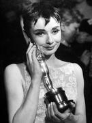 Одри Хепберн(Audrey Hepburn) в фотосессии на получении Оскара за лучшую женскую роль в фильме «Римские каникулы» (Roman Holiday) (1953).